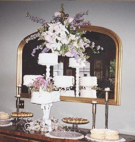 Wedding_cakes_and_mirror