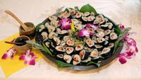 Plate_of_sushi_with_orchids